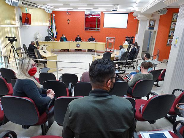 Diretores, chefes, procuradores jurídicos, vereadores e o vice-prefeito participaram da reunião. (Imagem: Denílson Lopes de Andrade)